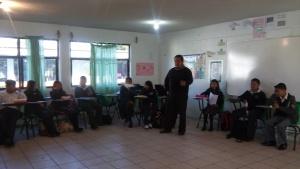 el docente dando indicaciones sobre la estructura de las obras